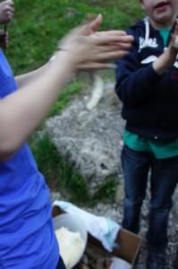 Unser Stockbrot Rezept ist Kinderleicht und macht den Outdoor Kids garantiert Spaß. Foto (c) Kinderoutdoor.de