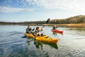 Auf der Mecklenburger Seenplatte paddeln ist perfekt für Outdoor Familien.  Foto (c)  TMV / Roth