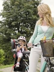 Vorbildlich das Kind mit Helm. Bei Muttern schützt der Drei-Wetter-Taft. Foto (c) Britax/Römer