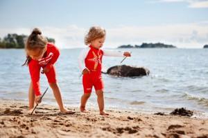 Sonnenschutzkleidung für die Kleinsten und niemand sieht wie ein paniertes Schnitzel am Strand aus.  Foto (c) Reima