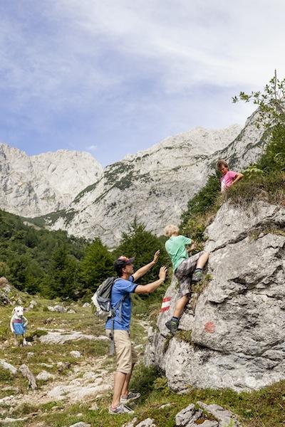 Klettern mit der Familie lässt sich in Tirol perfekt. Auch um die ersten Erfahrungen am Felsen zu sammeln. foto (c) Tirolwerbung