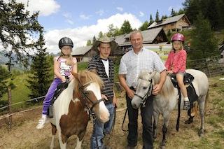 Auf dem Pony reiten ist für viele Outdoor Kids am Katschberg ein Höhepunkt vom Urlaub. Foto (c) Tourismusregion Katschberg/ Salzburger Land-Kärnten