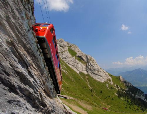 Die steilste Zahnradbahn der Welt fährt den Pilatus hinauf. Ein tolles Erlebnis für Euch und die Kinder.  Foto (c) Luzern Tourismus