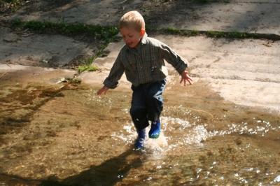 Wasser marsch! Bei unserer Regenwetter Schnitzeljagd mit Spielideen für den Kindergeburtstag.  foto (c) I.Friedrich  / pixelio.de