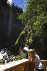 Lauschangriff im Pitztal? Nein hier ist nicht die NSA im Spiel, sondern der Trichter verstärkt wunderbar die Geräusche vom Wasserfall.  Copyright: Tourismusverband Pitztal