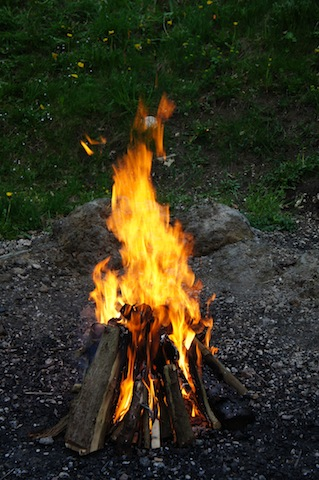 Ein mustergültiges Lagerfeuer. Outdoor Romantik pur! foto (c) Kinderoutdoor.de