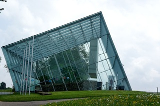 Dem Limes auf der Spur: Unter diesem futuristischen Glasdach ist ein prunkvolles Tor vom Limes geschützt. Eintritt kostenlos! Foto (c) Kinderoutdoor.de