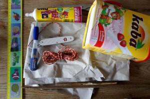 Hier ist das Material aus dem ein Segelschiff entsteht. Was nicht auf dem Foto ist: Ein Flusskiesel.  Foto (c) Kinderoutdoor.de