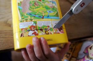 Nun schneidet Ihr den Körper vom Segelschiff aus. Das können Kinder ganz gut! Foto (c) Kinderoutdoor.de