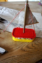 Fertig ist das Segelschiff aus einer alten Kabadose.  Foto (c) Kinderoutdoor.de