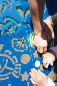 Mandala malen auf dem Bürgersteig: Ravensburger macht es mit dem Outdoor-Mandala Designer möglich Foto (c) Kinderoutdoor.de