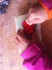 Vor dem Filzen mit Kindern die Ausstechform auf den Schaumstoff legen und ihn mit der Wolle auffüllen.  foto (c) Kinderoutdoor.de