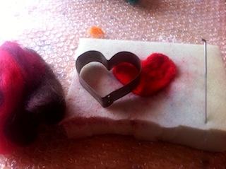 Für das Filzen mit Kindern braucht Ihr wenig Material: Wolle, eine Ausstechform, Schaumstoff und eine Filznadel.  Foto (c) Kinderoutdoor.de