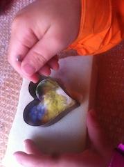 Stich für Stich geht es weiter beim Filzen mit Kindern.  Foto (c) Kinderoutdoor.de