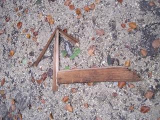 Bei der Regenwetter Schnitzeljagd solltet Ihr die Pfeile legen und nicht mit Straßenkreide malen.  foto (c) Kinderoutdoor.de