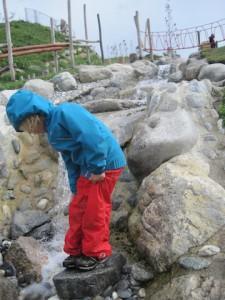 Kinderhosen wir Keksi von Finkid können eine Menge: Sie halten das Wasser ab, haben einen Lichtschutzfaktor und verschmutzen nicht so schnell. foto (c) Kinderoutdoor.de