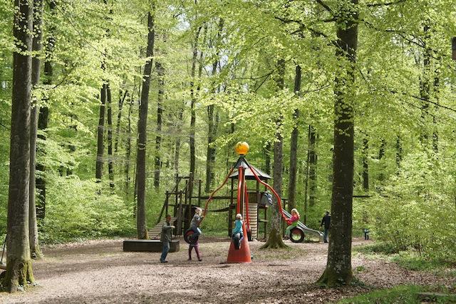 Bei Hitze ist ein Waldspielplatz ideal gegen die allgemeine Familienträgheit. Foto (c) Kinderoutdoor.de