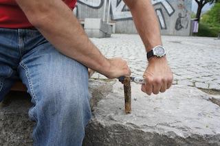 Spalter! Mit dem Taschenmesser teilt Ihr das Stück Holz.  Foto (c) Kinderoutdoor.de