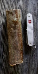 Aus einem Stück Holz schnitzen wir eine Giraffe. Wichtig ist, dass das Schweizer Messer eine Säge hat.  Foto (c) Kinderoutdoor.de