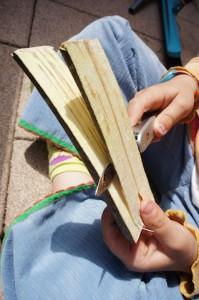 Nun spaltet Ihr das Holz in drei Teile und es geht los mit dem Schnitzen.  Foto (c) Kinderoutdoor.de