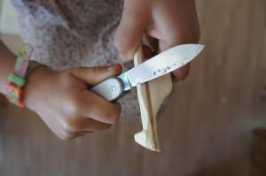 Nun schnitzt Ihr die Kanten weg.  Foto (c) Kinderoutdoor.de