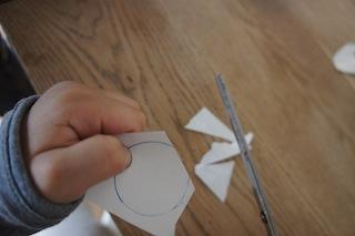 Aus dem Papier einen Kreis ausschneiden.  Foto (c) Kinderoutdoor.de