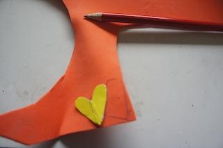 Nun schneidet Ihr die Druckvorlagen auf dem Moosgummi aus.  Foto (c) Kinderoutdoor.de