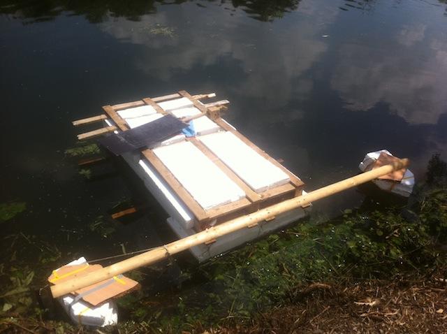 Eben noch im Müllcontainer, jetzt auf dem Wasser: Floss der Marke Eigenbau.  foto (c) Kinderoutdoor.de