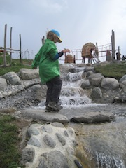 Kinder wandern in Tirol gerne, auch bei weniger gutem Wetter. Foto (c) Kinderoutdoor.de