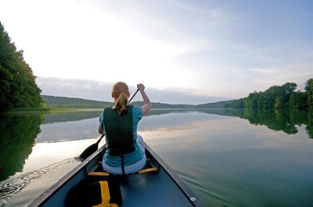 Mit dem Kanu durch die Uckermark. Auch eine Kombination mit Draisine oder Floß ist möglich.  Foto (c) TMB_Fotoarchiv_Hendrik_Silbermann