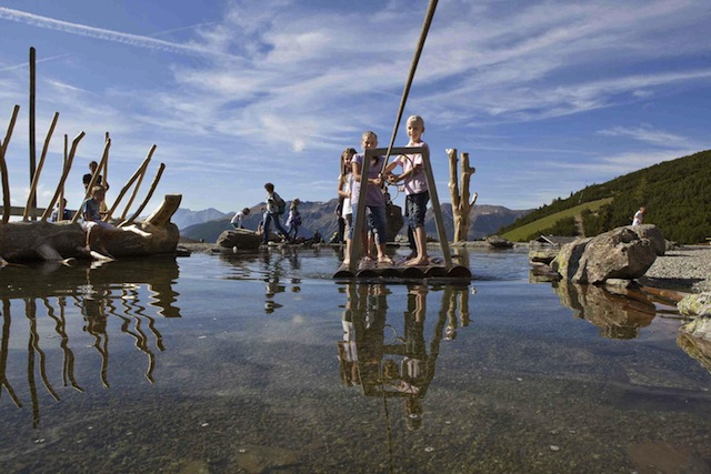 """Eine Seefahrt die ist lustig! Besonders im Sarntal. Der Hufeisentour ist ein Spaß für die ganze Familie. Teil der Tour ist der Themenweg """"Urlesteig – das Naturerlebnis im Sarntal"""", der auf 15 Kilometern viele Abenteuer für Klein und Groß bereithält. Copyright: Marion Lafogler Bilddownload hier"""
