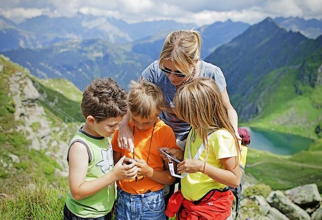 Silvrett Montafon: Geocaching hält die Kinder bei Laune.  Foto (c) Foto: Silvretta Montafon