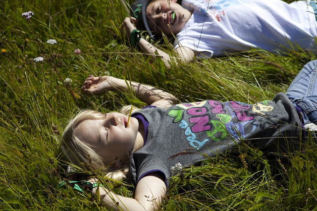 Platt und glücklich! Nachdem Röbi Klettersteig im Montafon müssen sich die Kinder erholen.  Foto (c) TVB Silvretta Montafon