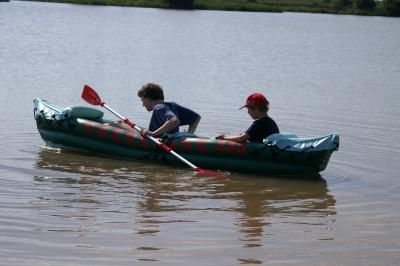 Ein aufblasbares Kanu ist ein guter fahrbarer Untersatz für die ersten Paddelschläge auf der Itz.  Foto (c) S. Hofschlaeger  / pixelio.de