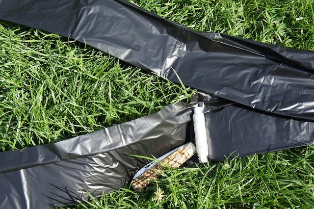 Hier liegt ein Zeppelin! Mit Kraft der Sonne hebt unser Luftschiff ab. Ihr braucht dazu einen dünnen schwarzen Müllbeutel, eine dünne Schnur und ein Taschenmesser. Foto (c) Kinderoutdoor.de