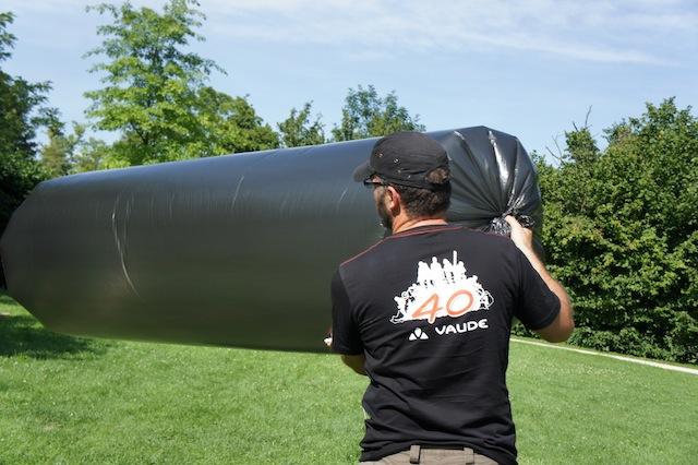 Füllt vorsichtig die Hülle vom Zeppelin mit Luft, aber bitte nicht zu prall! Foto (c) Kinderoutdoor.de