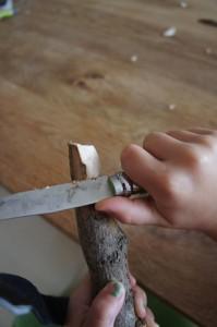 Rundet die Enden vom Kleiderbügel ab.  Foto (c) Kinderoutdoor.de