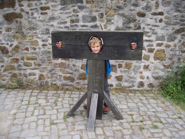 Wanderungen durch den Teutoburger Wald, fördern erstaunliche Erziehungsmaßnahmen zu Tage. Wie hier auf der Ravensburg am Hermanshöhenweg.  Foto Teutoburger Wald Tourismus