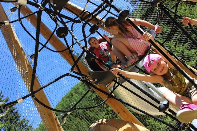 Wie Tarzan schwingen sich die Kinder in der AdventureStage durch die luftigen Höhen.  Foto (c) Foto: Tourismusverband Paznaun-Ischgl