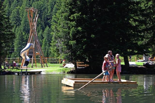 Floß fahren in Ischgl. In der neuen AdventureStage toben sich die Outdoor Kids aus.  Foto (c) Foto: Tourismusverband Paznaun-Ischgl