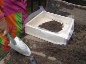 Folie rein und Erde draufschaufeln. Fertig ist das eigene Grundstück.  Foto (c) Kinderoutdoor.de