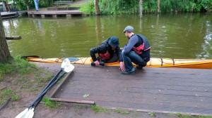 Gegenseitiges helfen gehört beim Paddeln dazu. Ein guter Einstieg ist alles.  Foto (c) Steffen P.
