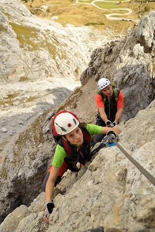 Klettersteige ohne Helme und passender Kleidung zu absolvieren ist fahrlässig.  Foto (c) Sport 2000