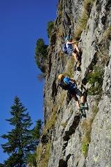 Ganz schön luftig! Damit Klettersteige der ganzen Familie Spaß machen, müssen die Kondition, Bergerfahrung und Ausrüstung stimmen.  Foto (c) sport 2000