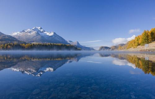 Am Silsersee beginnt die Fluss Wanderung zur Quelle vom Inn.  Foto Copyright by ENGADIN St. Moritz By-line:swiss-image.ch/Christof Sonderegger