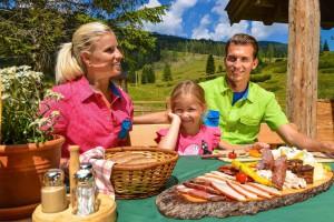 Kalorienzähler, vergesst eine Wandertour in Obertauern. Das Essen auf den urigen Berghütten ist so was von deftig und lecker. Da lohnt sich der Aufstieg.  © Obertauern Obertauern/ Salzburger Land/ A