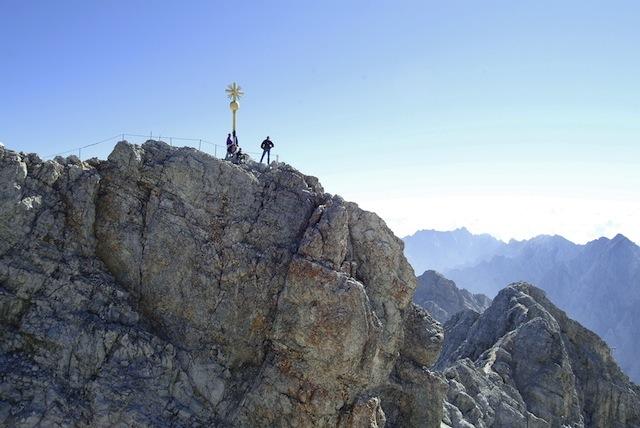 Höher gehts nicht! Auf dem Klettersteig zum höchsten Punkt Deutschlands.  Foto © Somweber  Tiroler Zugspitzbahn
