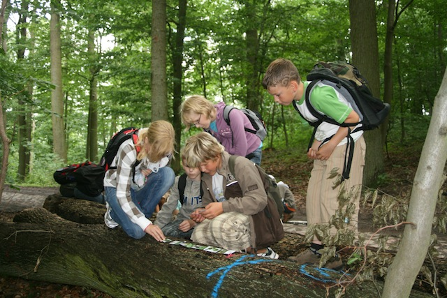 Tagesausflüge in den Wald oder zum Gut Klepelshagen. Hier lernen in der Natur die Kinder eine Menge über die heimische Tierwelt.  Foto  © Deutsche Wildtier Stiftung/C. Krohn