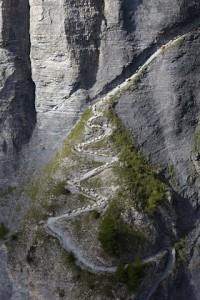 Schafabzug über dem Gemmiweg in der Schweiz stellt die Tiere und Hirten vor eine große Herausforderung.  © Valais/Wallis Promotion/