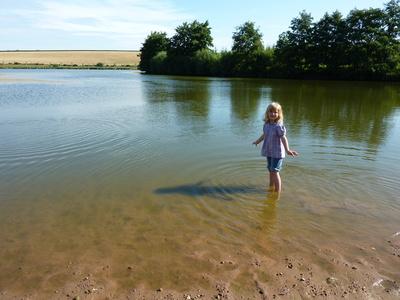 Kinder und Wasser gehören einfach zusammen. Auch bei der Schnitzeljagd.  Foto (c) Bettina Stolze  / pixelio.de